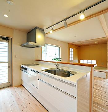 壁付けタイプから対面式キッチンへなど、レイアウトの変更を伴うリフォームです。
